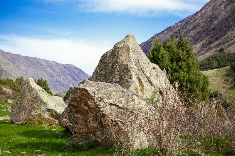 Ein gewichtiger Felsbrocken im Ala Archa Nationalpark, Kirgisistan