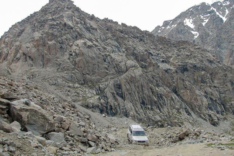Der knapp 4.000 Meter hohe Tosor Pass im Zentrum von Kirgistan hält neben spektakulären Panoramen auch Herausforderungen für Offroad-Fahrer bereit